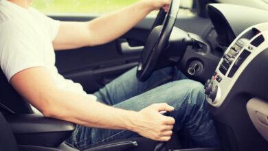 تحذير من ارتداء الفساتين والشباشب أثناء قيادة السيارة.. تعرف على السبب