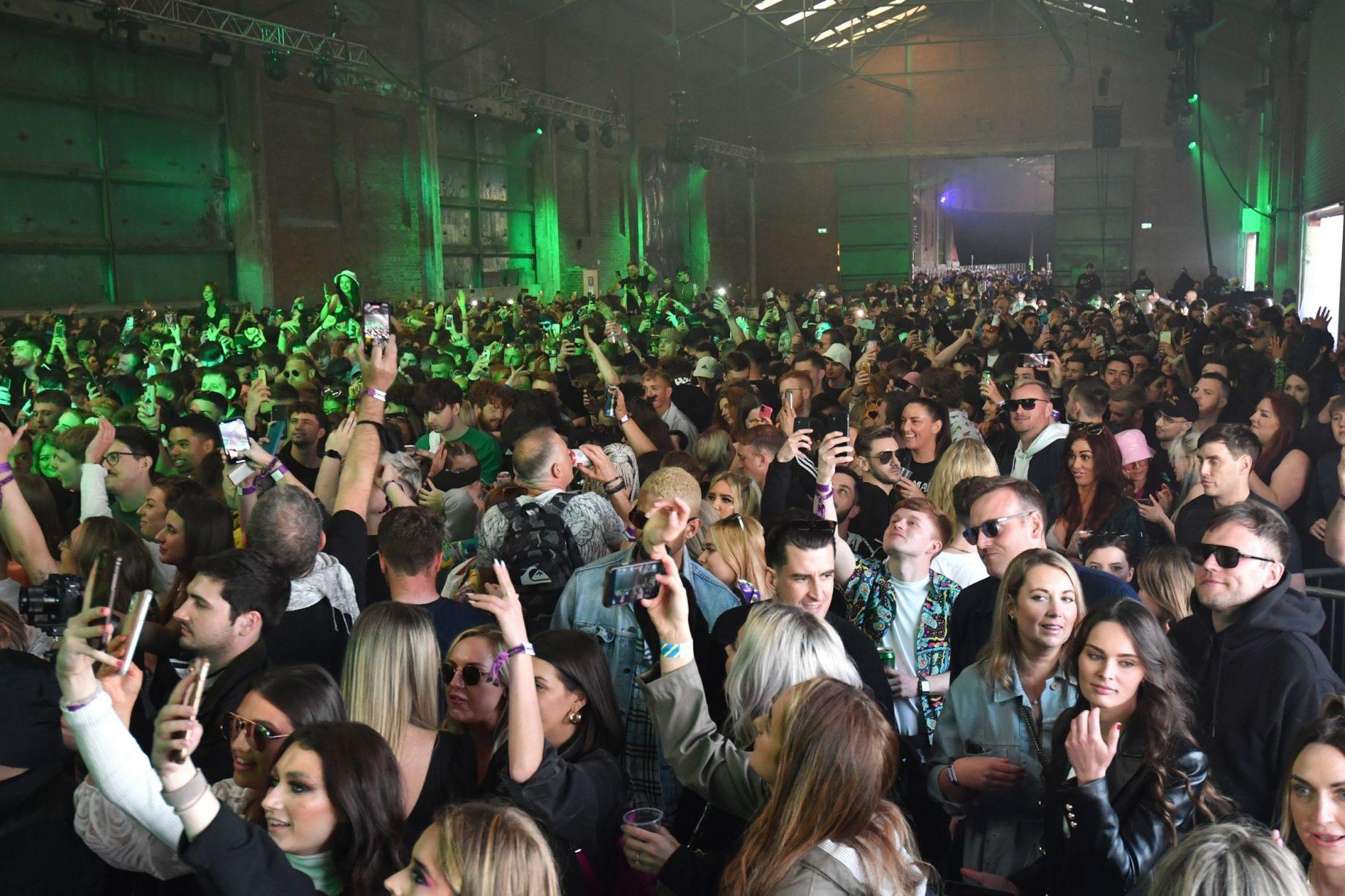 آلاف البريطانيين يشاركون في حفل لمراقبة كورونا عن قرب