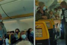 إهانة لفظية وبصق على الوجه.. سيدة تعتدي على ركاب طائرة بسبب قناع الوجه