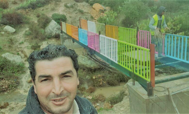 فاعل خير تونسي يطلق أول مبادرة لإصلاح الأثاث صلح أكثر من ١٠٠ مقعد مدرسي وبنى الجسور