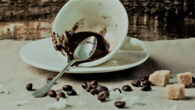 لا تتسرع بغسل الفنجان.. ضع تفل القهوة على شعرك لتكثيفه وملء فراغاته