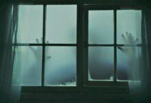 رجل يعيش أجواء رعب يومية بسبب نافذة غرفته (فيديو)