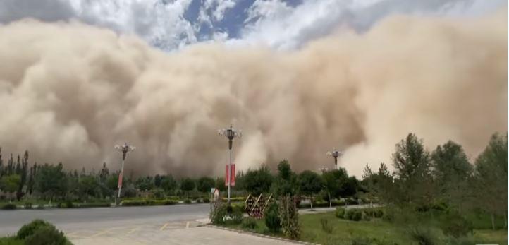 بالفيديو .. عاصفة رملية تبتلع مدينة صينية: ارتفاعها 100 متر على الأقل