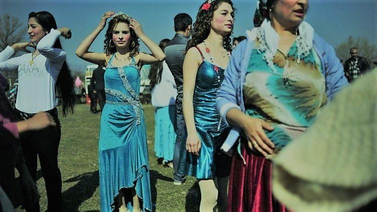 سوق العرائس في بلغاريا: يتزين و يتراقصن من أجل العريس