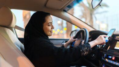 «سواقة الستات».. سعودية تُحطم واجهة محل بسيارتها أثناء تدريبها على القيادة (فيديو)