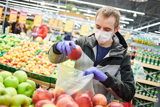 منها الحلويات والحمضيات.. احذر تناول هذه الأطعمة قبل التطعيم ضد كورونا