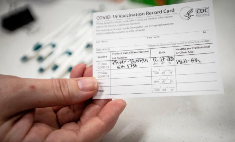 رجل يهاجم فريق طبي: رفض لقاح كورونا ويريد شهادة بالتطعيم