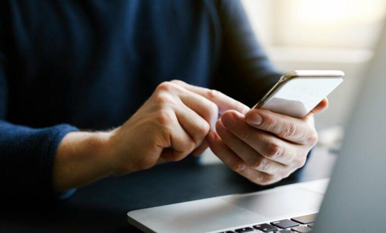 احذر!.. جزء من هاتفك المحمول يعد مرتعًا للبكتيريا أكثر من حافة المرحاض