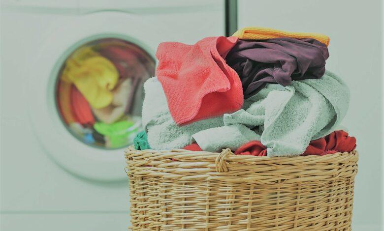 إزالة البقع ومعالجة الألوان الباهتة.. مادة لها مفعول سحري في غسيل الملابس