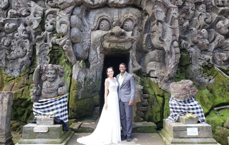 زوجان يستثمران فستان زفافهما 2