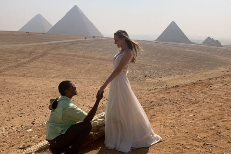 زوجان يستثمران فستان زفافهما 1