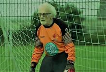 عجوز يلعب حارس مرمى